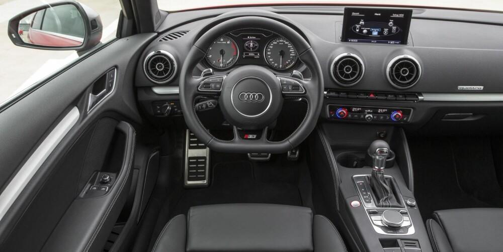 SPORTSSTIL: Svart og stramt, det er stikkord for interiøret i Audi S3. I turtallsskiva kan du se når turboen slår seg løs. FOTO: Audi