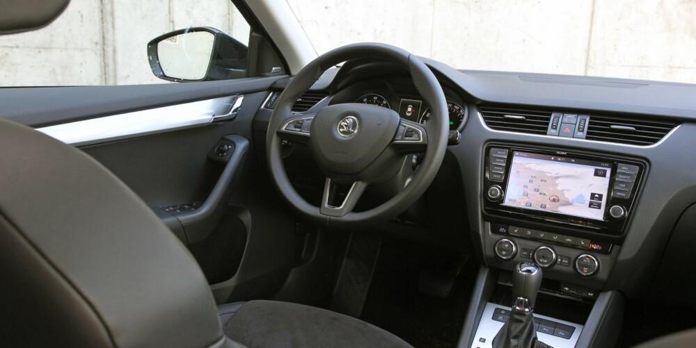 NESTEN VW: Innvendig kvalitetsfølelse og design har hevet seg flere hakk på den nye Skoda Octavia.Det er lite som skiller til målestokken VW Golf, litt mer til premiummodellen Audi A3.