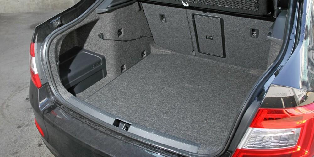 MASSEVIS AV PLASS: 590 liter lover Skoda oss i fem-dørs kombi, og 610 liter når stasjonsvognen kommer i august. I vår testbil stjeler deler av stereoanlegget litt av plassen i bredden.