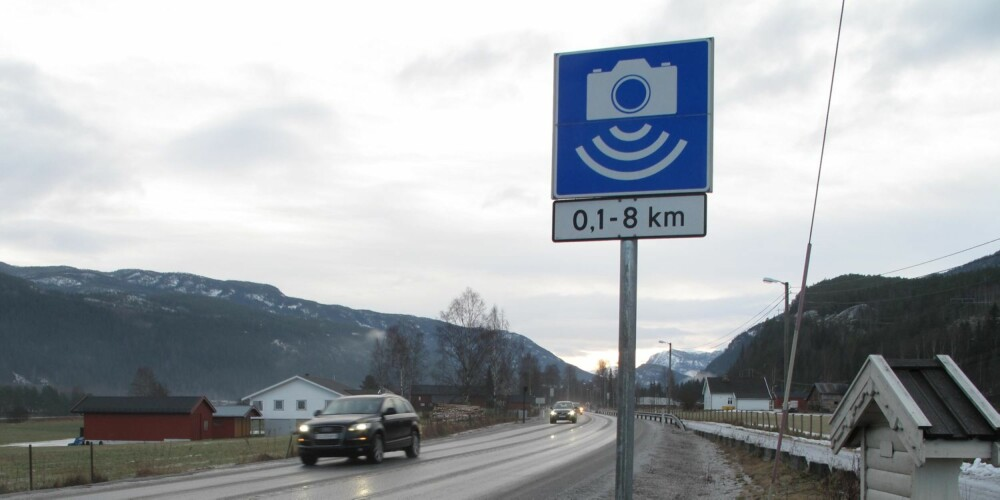 FØRST UTE: Strekningen Bromma-Nesbyen på Riksvei 7 i Hallingdal blir den første strekningen med de nye skiltene for gjennomsnittsmåling av fart. På bildet er de gamle skiltene fortsatt på plass. FOTO: Martin Jansen