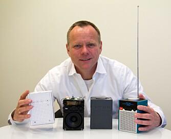 STOLT: Tom Vedvik i TTMicro, som eier Pinell, har grunn til å være stolt av den nye reiseradioen. Her viser han hvordan radioen har gått fra idestadiet via 3D-print og prototyp til det ferdige produktet.