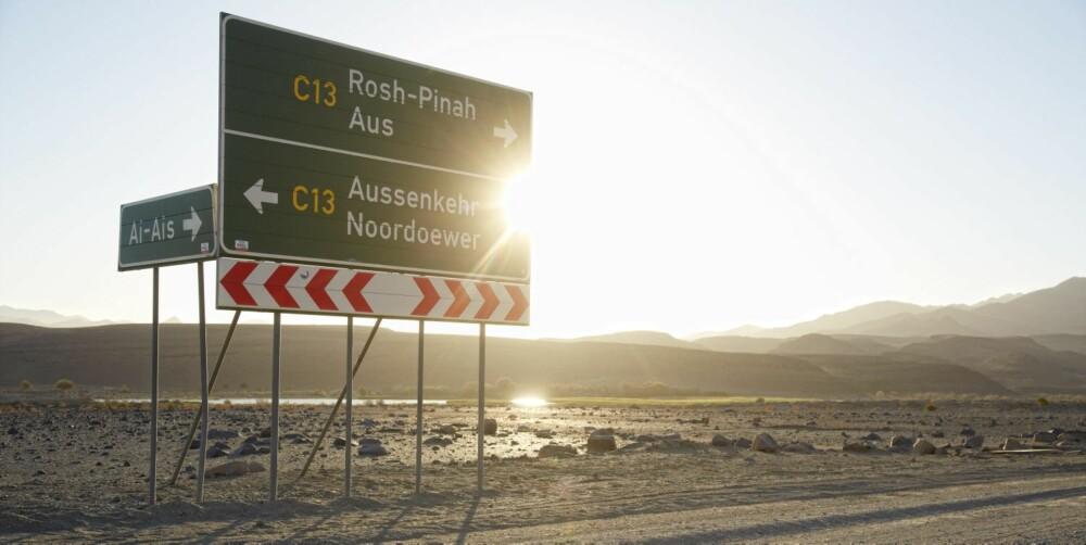ATTRAKSJON: Dette er Namibias eneste veiskilt. Folk reiser milevis for å beundre det.