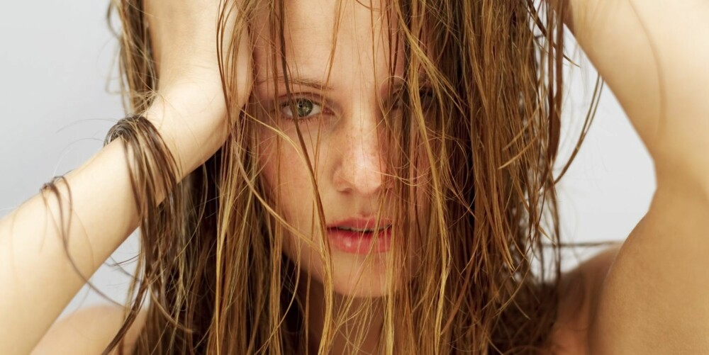 VÅTT HÅR TÅLER MINDRE: Håret ditt er faktisk svakere når det er vått. Derfor bør du være ekstra obs på hvordan du behandler det etter vask.