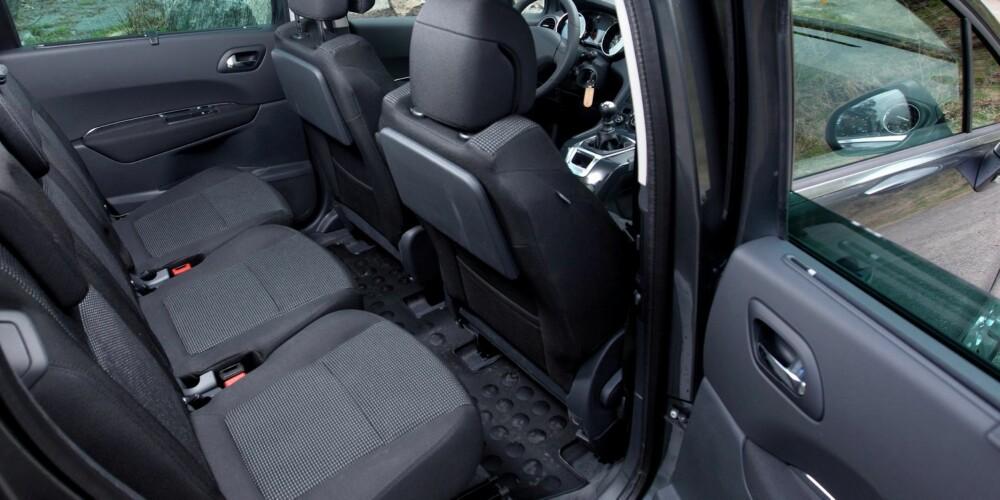 """PRAKTISK: Sitteplass og seteløsninger er slik de skal være. Dermed er Peugeot 5008 en av de mest praktiske """"små"""" syvseterne."""