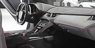 HJEMMEKOSELIG: Karbonhud og trefargede vippebrytere. Bare en ny dag på jobben for Lamborghinis designere. FOTO: Ingo Barenschee