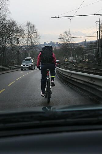TETT PÅ: Konfliktene oppstår gjerne der hvor bilister og syklister må dele veien. FOTO: Ivan Tostrup