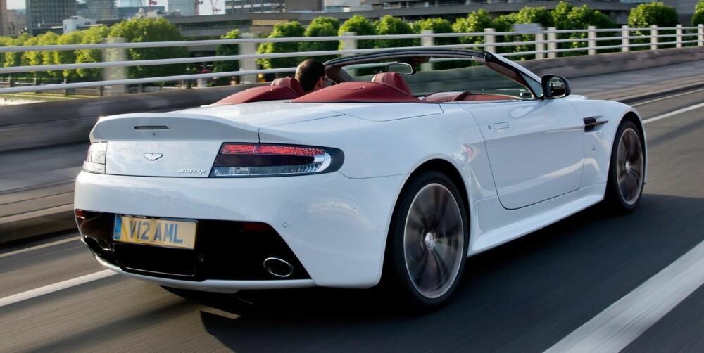 BULDRER: V12 Vantage Roadster trives best når den får buldre omkring. FOTO: Aston Martin
