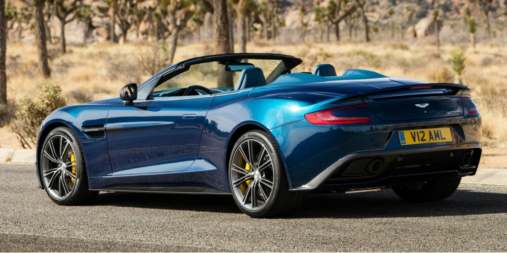 ENDA HVASSERE: Grei sommerdoning: Nye Aston Martin Vanquish Volante med karosseri i karbon, og med en 6.0-liters V12-er med 573 hk. Den skal greie 0-100 km/t på 4,1. FOTO: Aston Martin