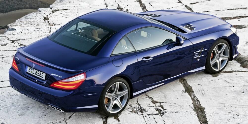 BÅDE OG: SL går fra coupé til kabriolet på 20 sekunder. Som ekstrautstyr fås glasstak som kan skifte farge per tastetrykk. FOTO: Daimler AG