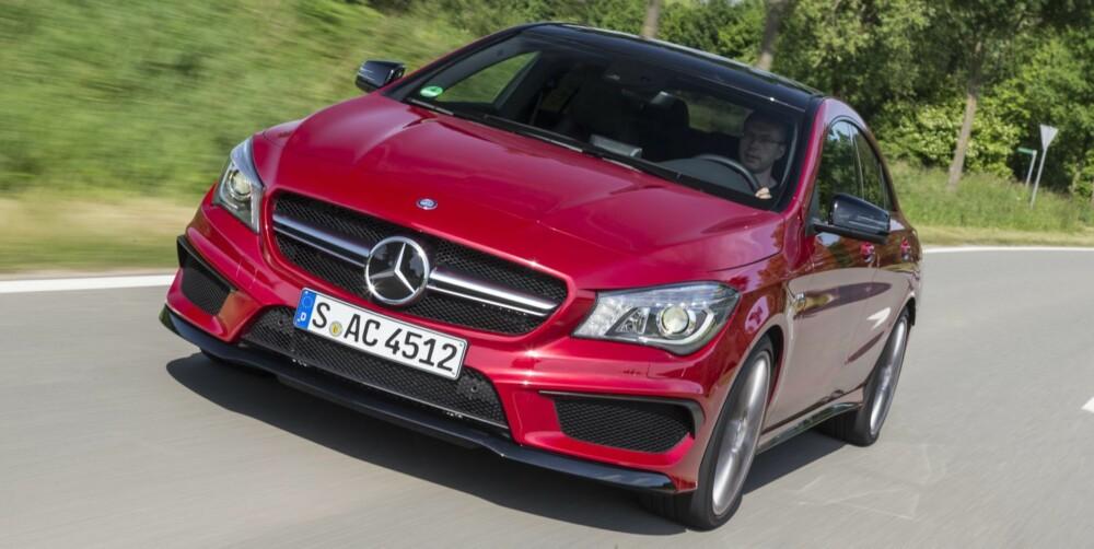 HISSIG: CLA er en elegant firedørscoupé bygd over Mercedes¿ kompaktbilbasis. Etter at AMG har fått lagt sine hender på den, er den blitt det hissigste du kan få kjøpt med serieprodusert tolitersmotor. FOTO: Daimler AG