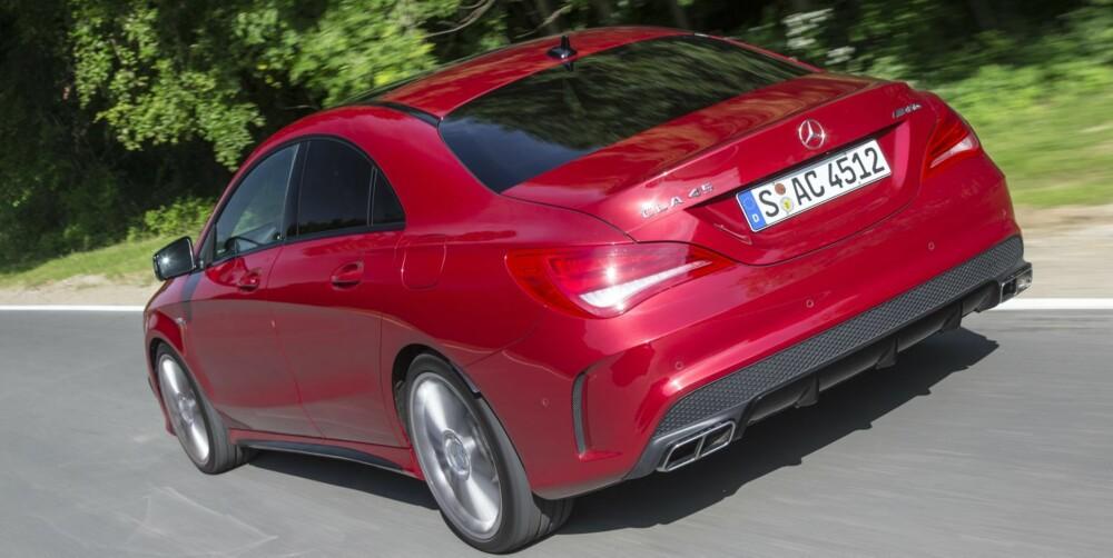 VOFF: Eksosanlegget bjeffer. Jo mer du ber om det med gass-pedalen, desto mer aggressive er bjeffene som kommer når dobbeltclutchkassen dunker inn neste gir. FOTO: Daimler AG