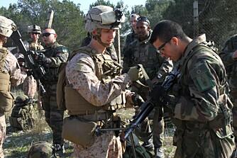 En amerikansk soldat får prøve den franske FELIN-utrustningen, et helt kommunikasjonssystem som er koblet til hjelmen og rifla.