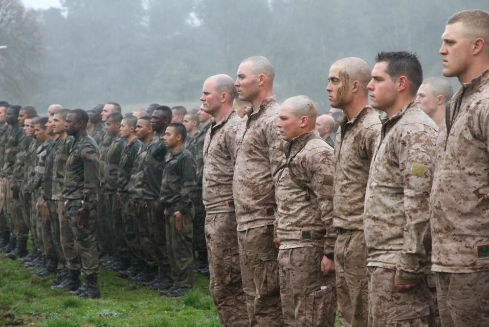 Side om side står de i rett - neste gang kan de stå sammen i en krig.