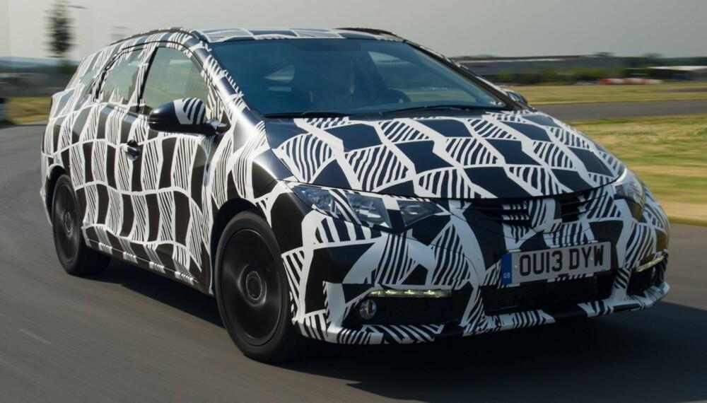 KAMUFLERT: Honda har sluppet bilder av den produksjonsklare versjonen av Honda Civic stasjonsvogn. Bilen er dog kamuflert. FOTO: Paul Harmer Photography Ltd