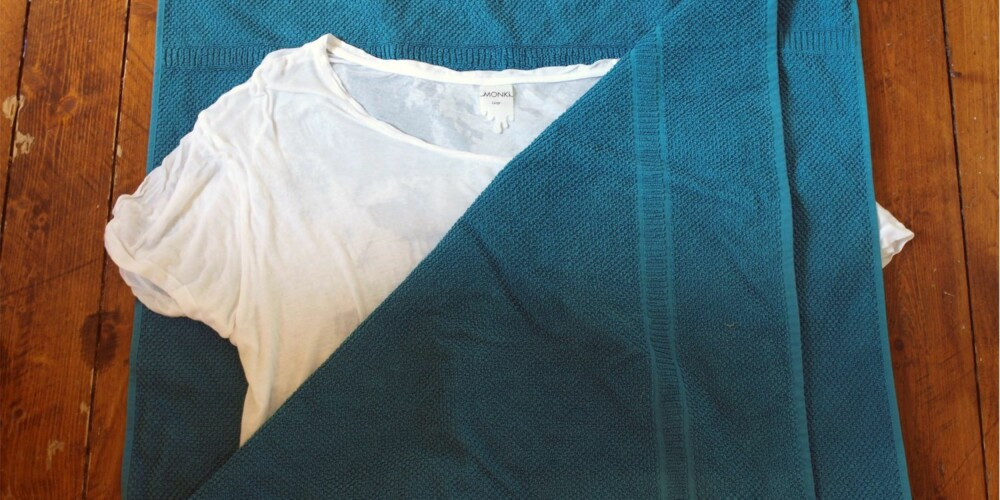 LEGG PLAGGET MELLOM TO FROTTÉHÅNDKLÆR: Disse vil suge til seg fuktigheten fra klærne, og er en enklere måte å tørke plagget på enn å vri det opp for hånd.