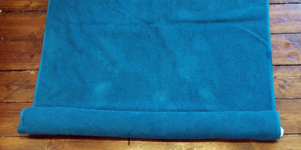 PRESS VANNET UT: Ved å rulle plagget inn i et håndkle, for så å gå frem og tilbake på rullen, vil du klare å presse ut vannet, og plagget vil tørke raskere.