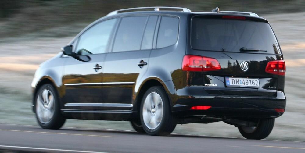 TUNGT: VW Touran er temmelig tung, ikke minst om alle setene brukes. Med 1,6 TDI går det smått. FOTO: Egil Nordlien, HM Foto