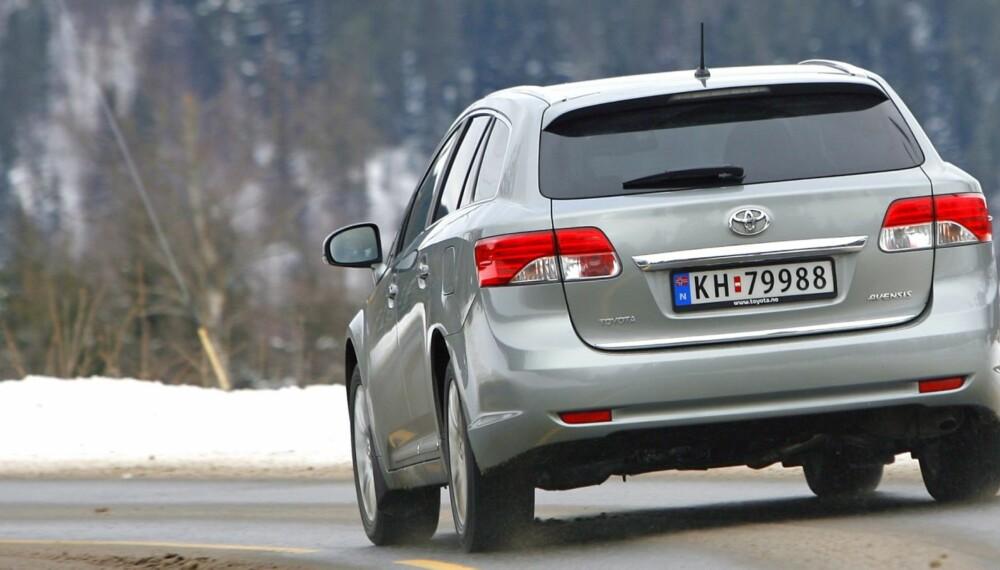 HOLDER: Toyota Avensis er ikke blant de sprekeste bilene, men ytelsene holder i massevis. FOTO: Petter Handeland