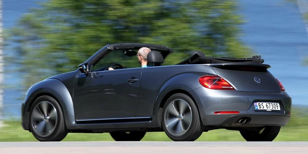 STAUT: Kjørefølesen er mer trygg og staut enn sportslig, faktisk minner VW Beetle Cabriolet om Passat. Det er ikke helt hva vi hadde ønsket oss i en kabriolet. Der hadde vi håpet på mer sportslighet. FOTO: Petter Handeland