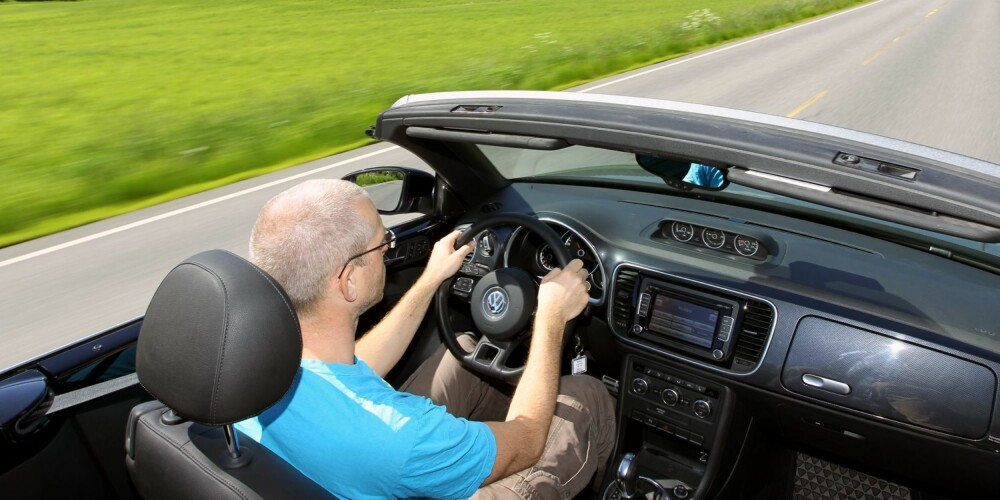 TYPISK: Dashbordet i VW Beetle Cabriolet minner om Golf, og betjeningen er enkel og logisk. I lav fart går det fint å kjøre uten vindskjerm og med rutene nede. I landeveisfart er du godt beskyttet med skjermen montert. Uten den blir det mye turbulens. FOTO: Petter Handeland