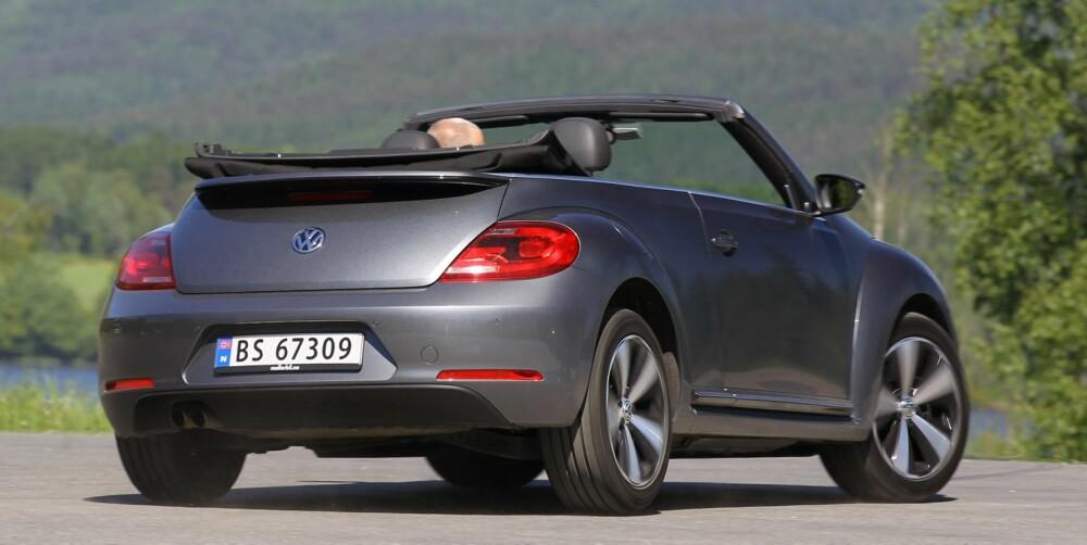 RUND: Vi synes VW Beetle Cabriolet ser best ut med taket på. Med taket nede blir den i våre øyne litt for rund, jålete og feminin. FOTO: Petter Handeland