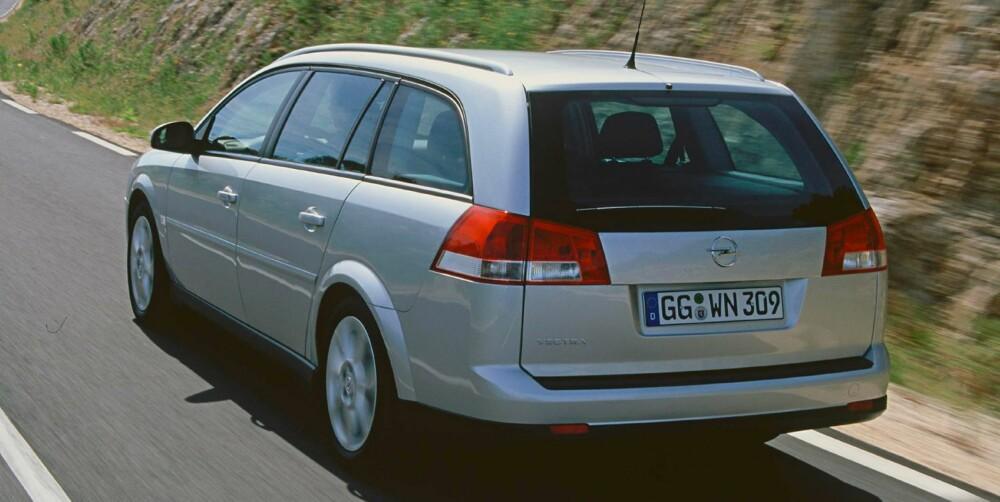 MYE PLASS: Mye plass, særlig i baksetet. Noen modeller er uten ESP. FOTO: Opel