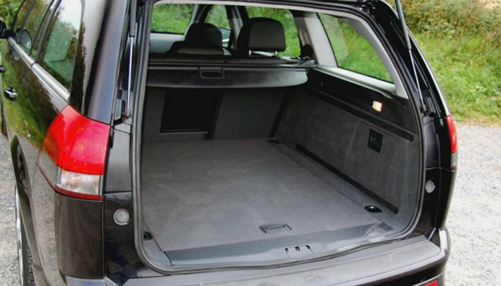 MYE PLASS: Opel Vectra har masse plass i baksetet og stort bagasjerom, som blir gigantisk dersom seteryggene felles ned. Dekra gir Vectra gjennomsnittskarakter og ber deg være obs på hjuloppheng og eksosanlegg ved kjøp av en eldre Opel Vectra. FOTO: HM Arkiv