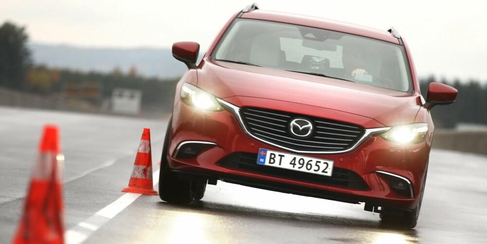 BLIR BOMBET: Røde biler faller også raskere i verdi enn snittet. I tillegg er sjansen for å bli truffet av fugleskitt størst dersom du kjører rød bil.