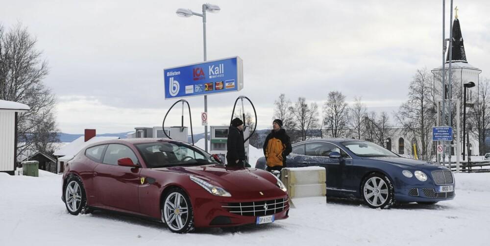 TAUEKROK: På bensinstasjonen blir jeg rådet til å feste på tauekrokene på bilene, for sikkerhets skyld.