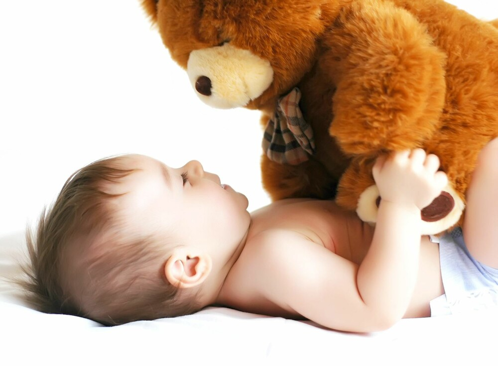 DELTE MENINGER: Noen mener barneforsikring er en nødvendighet, andre mener forsikringsselskapene spiller på foreldrenes frykt og følelser.