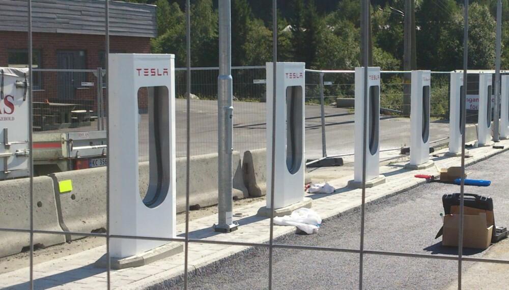 SUPERLADERE: I løpet av kort tid åpner Tesla seks stasjoner med såkalte supercharges som lader Tesla Model S på kort tid. En av stasjonene åpner ved siden av Shell-stasjonen på Riksvei 7 ved Gol (Hallingdal Retail AS Rv-7 Bilistsenter). FOTO: Frode Rolandsgard