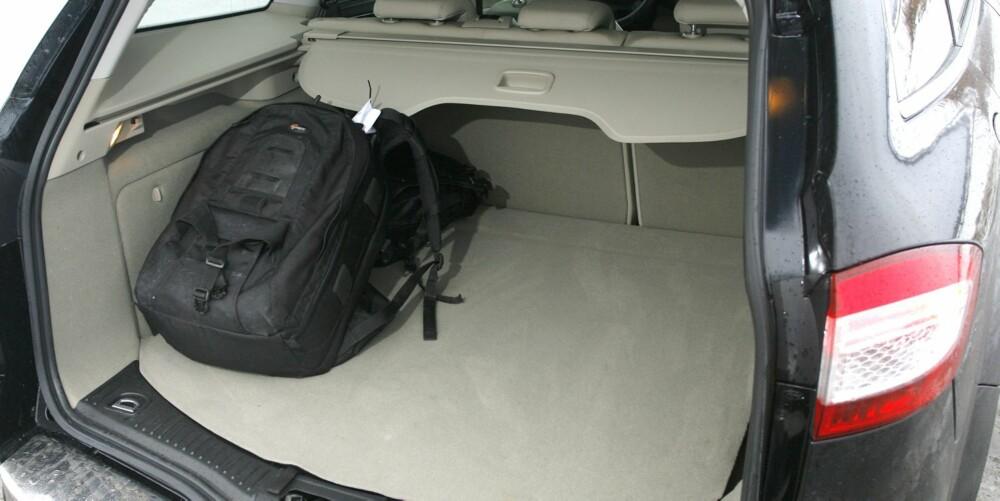 LANGT: Ford Mondeo er en lang bil. Det viser seg i bagasjerommet der det er plass til mye både i lengde og bredde. FOTO: Petter Handeland