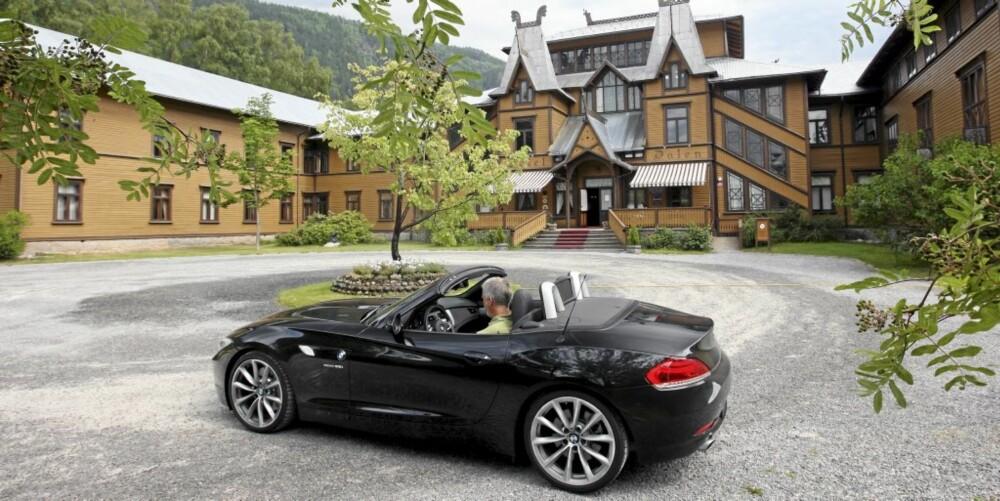BMW Z4 trives godt i klassiske omgivelser som her på Dalen Hotell.