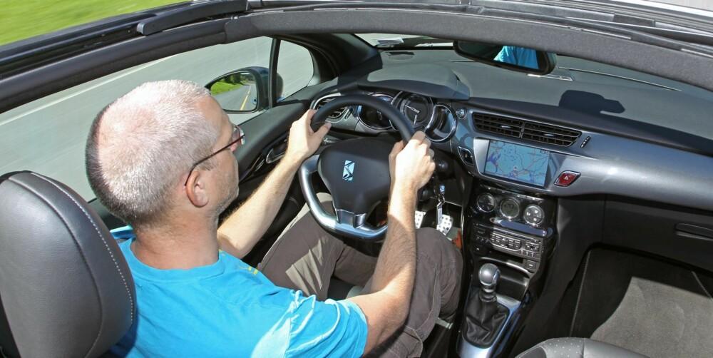 SMÅBIL: Førermiljøet i DS3 er småbilaktig og bilen virker lettkjørt. Styringen kunne gitt litt bedre følelse. FOTO: Petter Handeland
