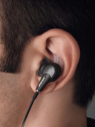 I ØRET: Bose QC20i er et såkalt i-øret-hodesett.