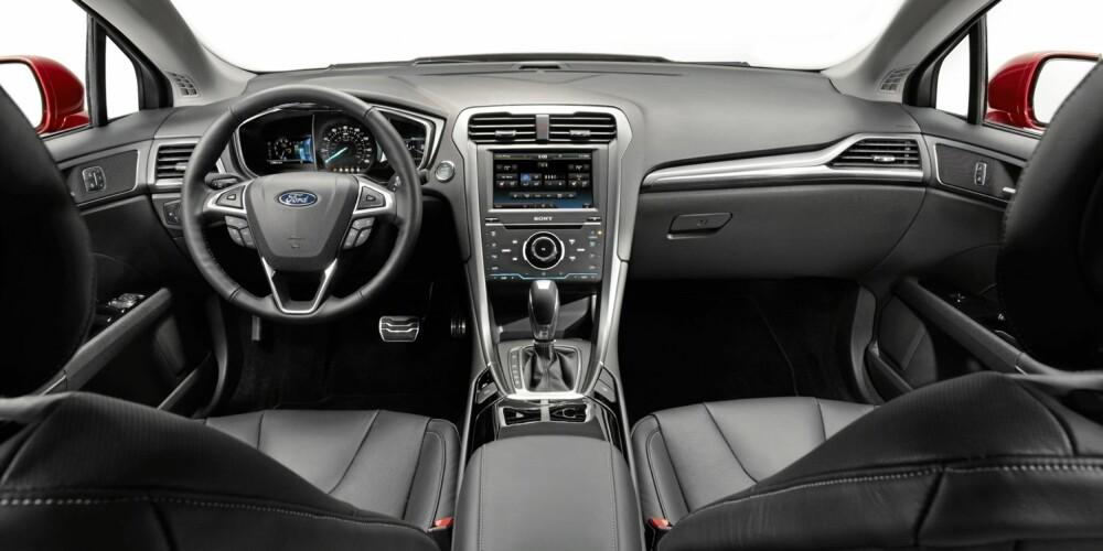 SJÅFØREN I SENTRUM: Ford sier at det nye dashbordet skal gjøre sjåførens jobb enklere. FOTO: Ford