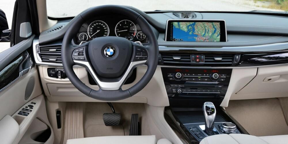 KJENT STIL: Funksjonelt førermiljø. X5 kan også fås med headup-display som er klarere og viser mer info enn før. FOTO: BMW