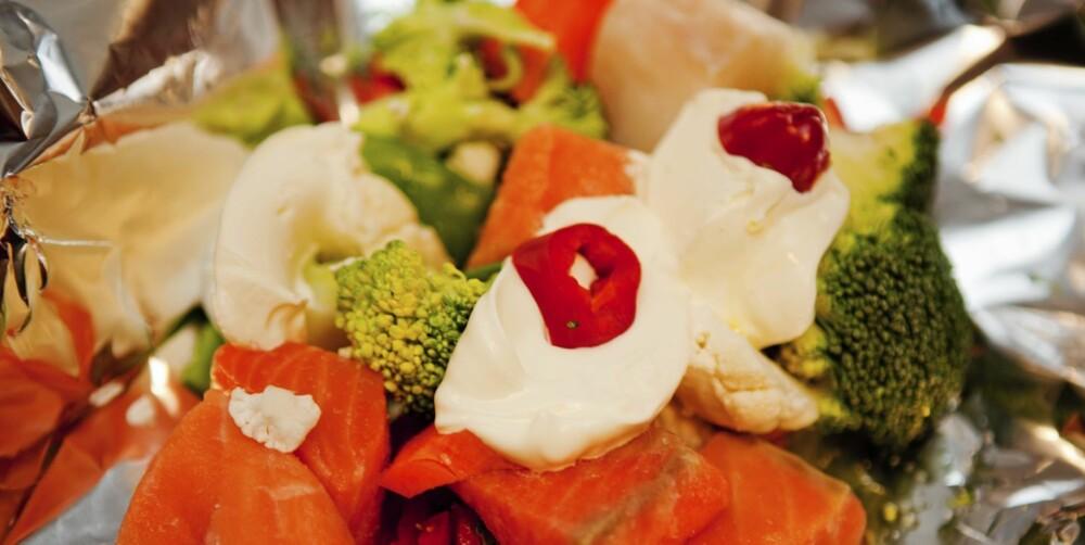 Fristende rett med glade farger. Tips! Bruk gjerne frosne biter av laks, torsk og eller sei. Foto: Nadia Frantsen.