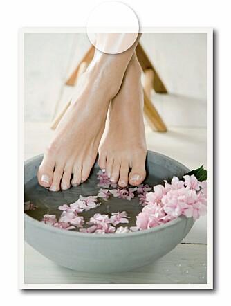 Legg noen runde steiner i bunnen av fotbadet. Det har en behagelig og beroligende effekt.