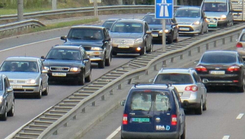 KØKULTUR: Dersom alle fulgte godt med i trafikken foran, holdt en kort, men sikker avstand til kjøretøyet foran og var rask til å sette i gang sin egen bil etter stopp i køen, kunne kapasiteten øke en del, mener trafikkforsker. Foto: Geir Svardal
