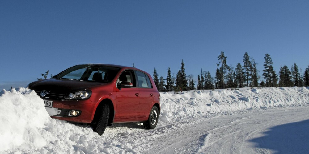 TESTMANGFOLD: En god vinterdekktest omfatter en rekke deltester. Blant dem er egenskaper på asfalt, på is og på snø. Her har det gått galt under testing av gripeevne i sving på snø.