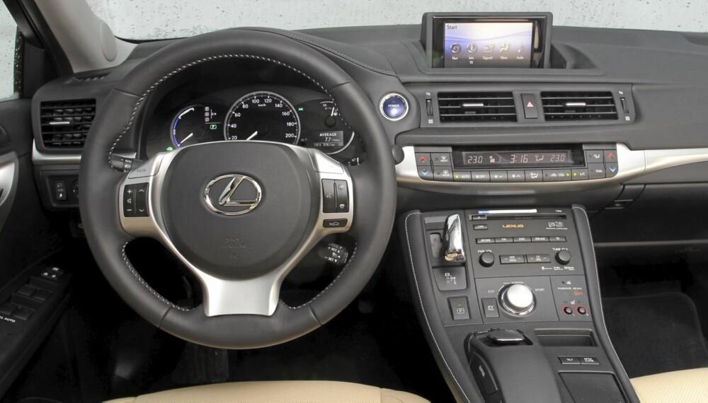 LUKSUS: Godfølelsen er påtakelig på førerplassen i Lexus CT200h