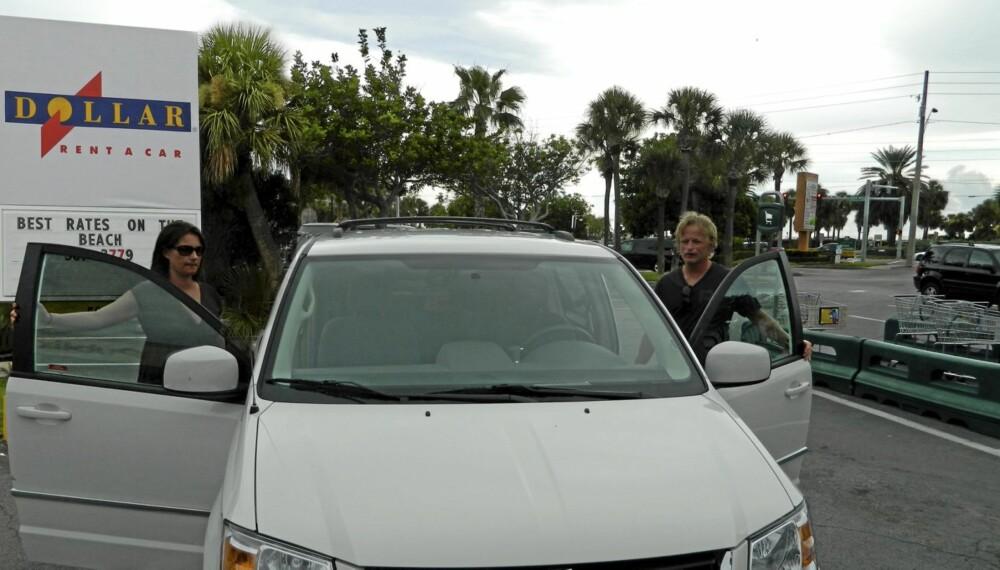 GA OPP: Kate og Petter Wik ga opp å få leiebilen de hadde bestilt hos Dollar Rent a Car. Foto: Privat