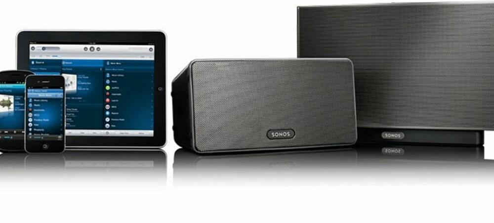 FAMILIEFOTO: Sonos består av programvare og høyttalere og forsterkere. Her er Sonos Play:3 og Play:5 avbildet sammen med kontrollere på Android, iOS og iPad.