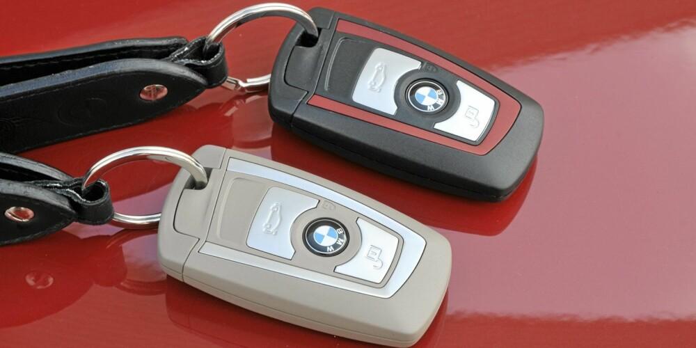 NØKKELDESIGN: Bilnøkkel-designen endres med utstyrspakken. Her er Modern Line og Sport Line. Foto: BMW