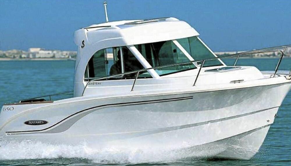 MULTI: Antares 650 er en styrehusbåt med flere bruksområder. Blant standardutstyret finner vi ting som gjør at båten egner seg til korte ferieturer.