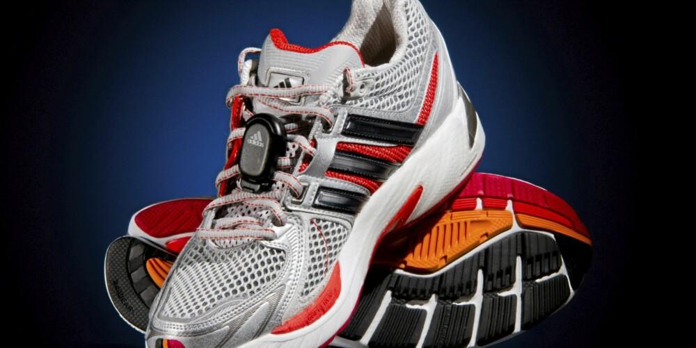 KOMPATIBEL: Hvis du har kikket på Adidas-joggesko i butikken i det siste, har du kanskje lagt merke til et klistremerke som sier Micoach Cmpatible. Det betyr at skrittelleren får plass under innleggssålen. Alternativt kan den festes på skosnøret, som her. Festeklips følger med.