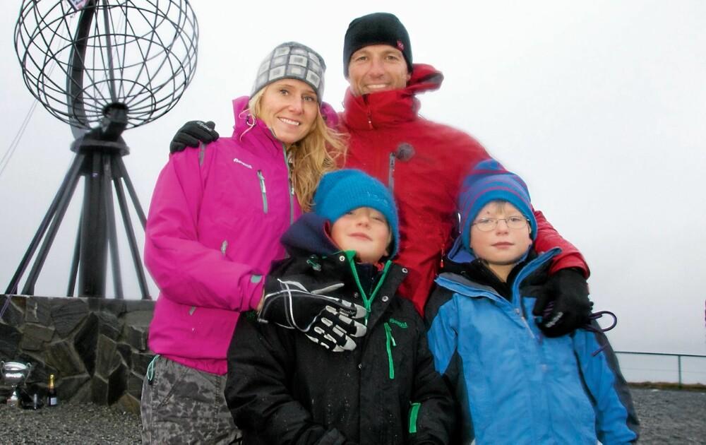MED FAMILIEN: Tom og kona Hanna sammen med sønnene Tinus og Bo.