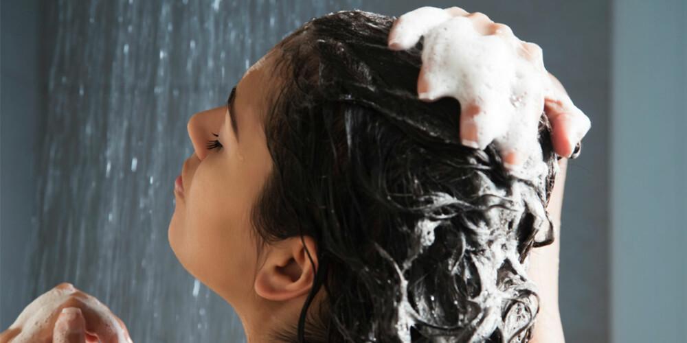 UT MED SKUM: Nå skal du glemme sjamposkum og vaske med balsam for å holde håret fint.
