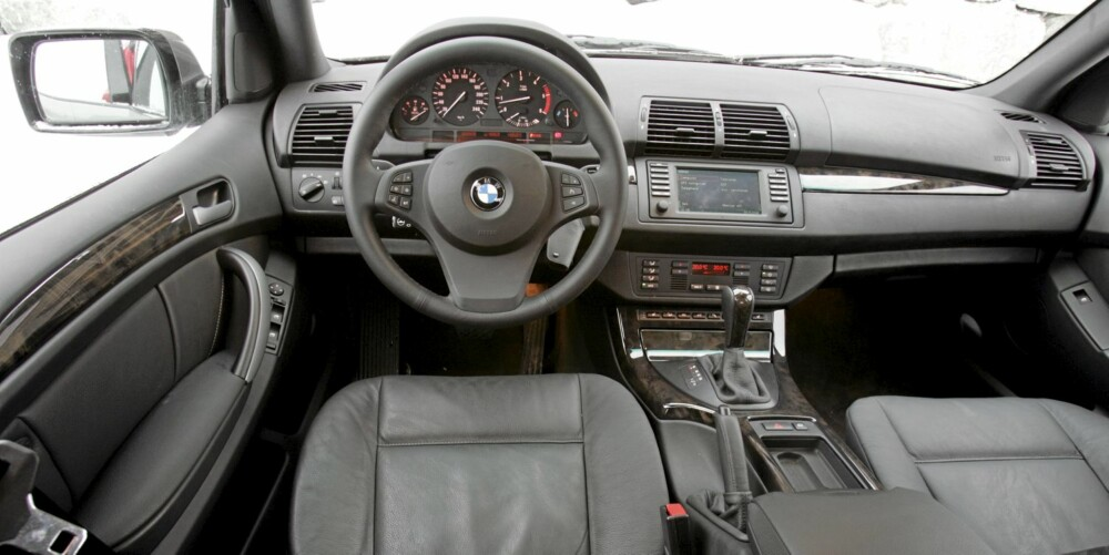 BMW X5: Førermiljøet er som vanlig ryddig og interiørkvaliteten er grei. Her fra 2004-modellen.